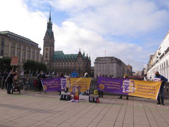 Mit Transparenten auf dem Rathausmarkt
